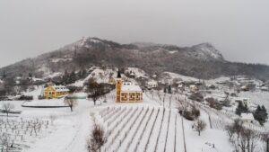 Kányádi Sándor: Ül a tél a hegy tetején